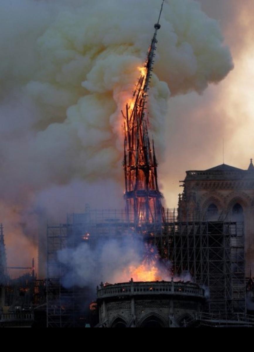 Οι φωτεινές φλόγες της καταστροφής